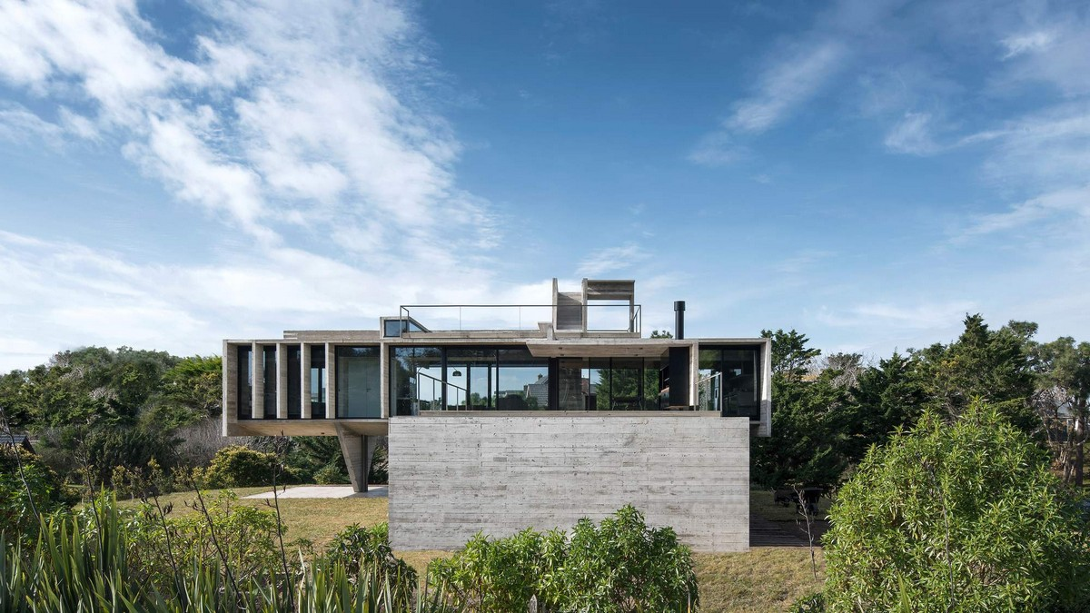 Бетонный дом с треугольной колонной в Аргентине