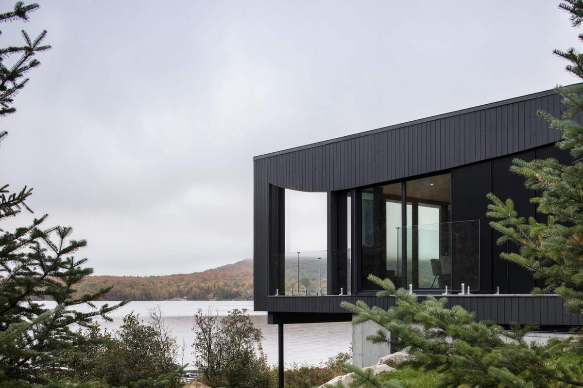 Шале с выступающей террасой на берегу озера в Канаде