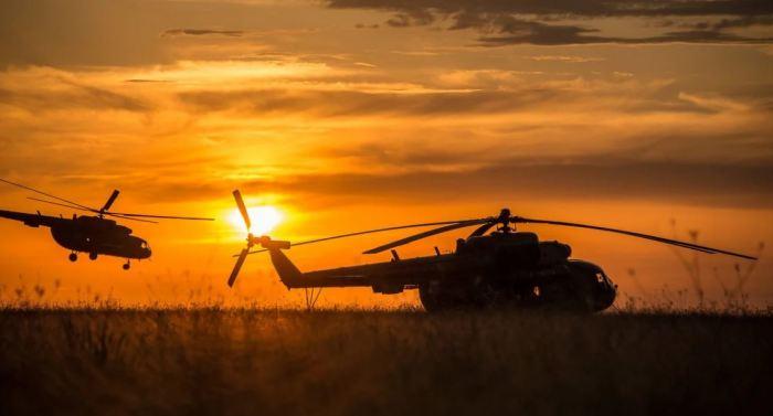 Если вертолет зависнет в воздухе на 12 часов, окажется ли он в другой части Земли?