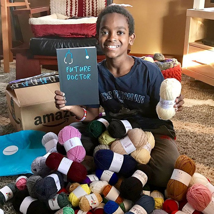 Этот 11-летний мальчик научился вязать ещё в 5 лет