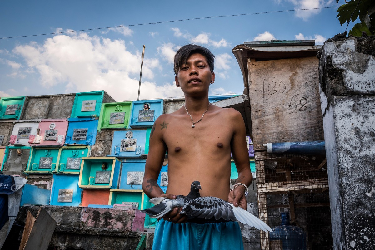 Тысячи бедных семей живут на кладбище на Филиппинах