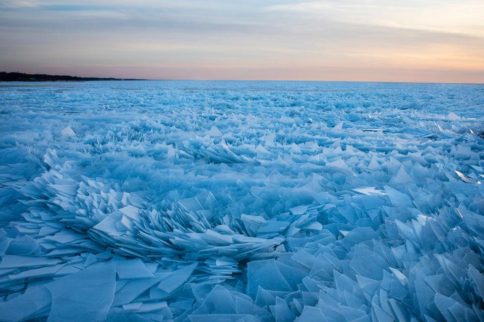 Замерзшее озеро Мичиган и пластины льда