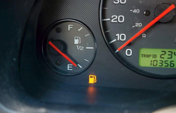 Сколько можно проехать на лампочке низкого уровня топлива