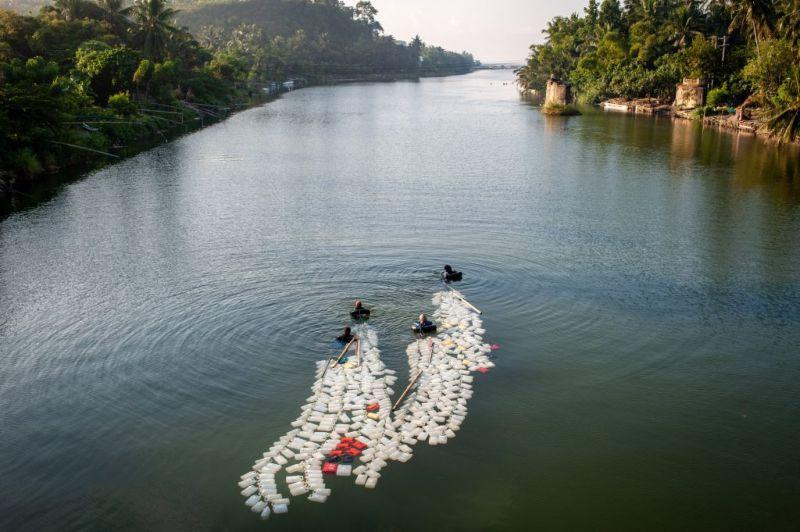 Бабушки плавают по 3 км с 200 канистрами за спиной за чистой водой