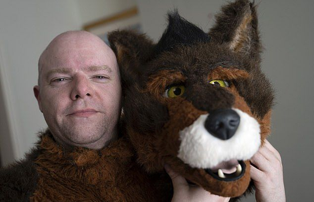 37-летний менеджер считает себя собакой: ест из миски и лает