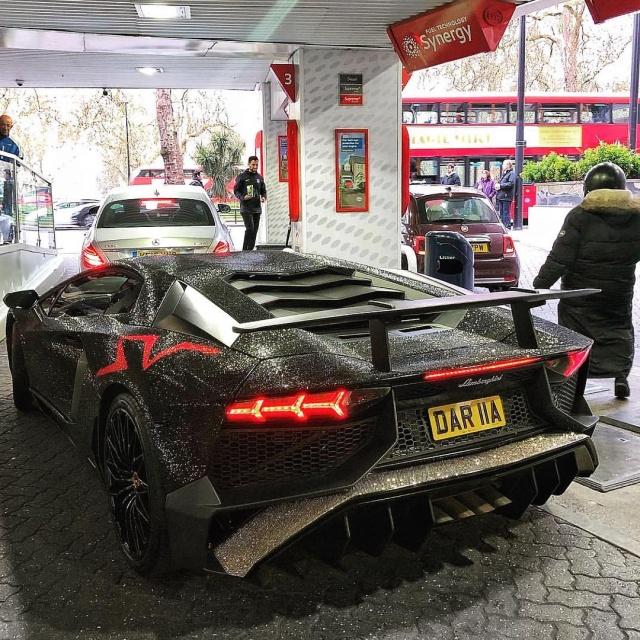 Спорткар Lamborghini Aventador был украшен кристаллами Swarovski