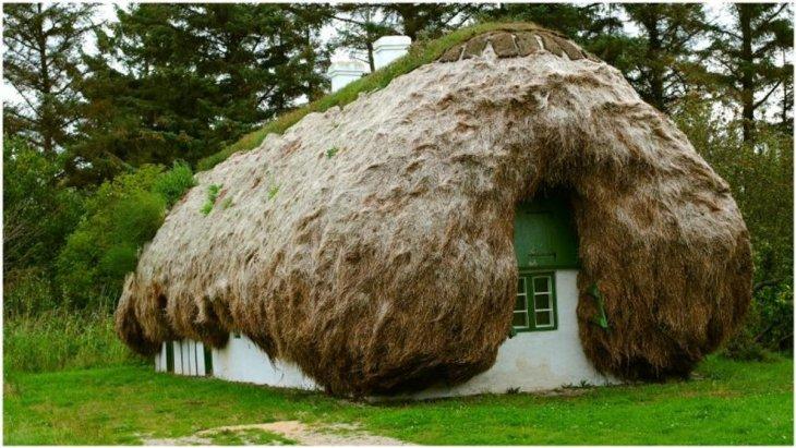 Уникальные дома с крышами из морских водорослей