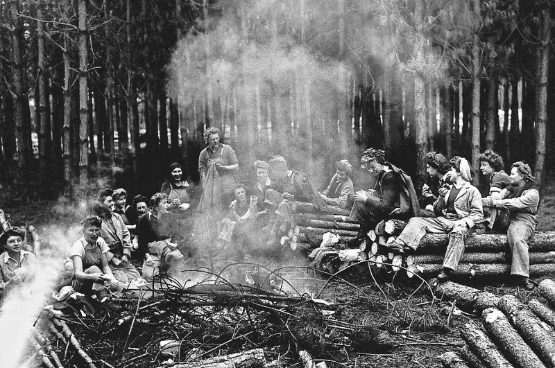 Женщины-дровосеки на лесопильных заводах во время Второй мировой войны