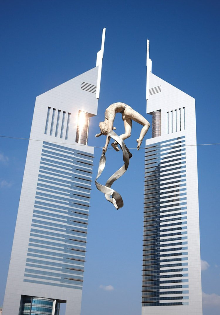 Балансирующие скульптуры по всему миру от Ежи Кендзёры