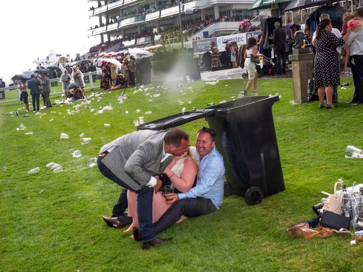 Фотограф провел два года, снимая пьяных британцев на скачках