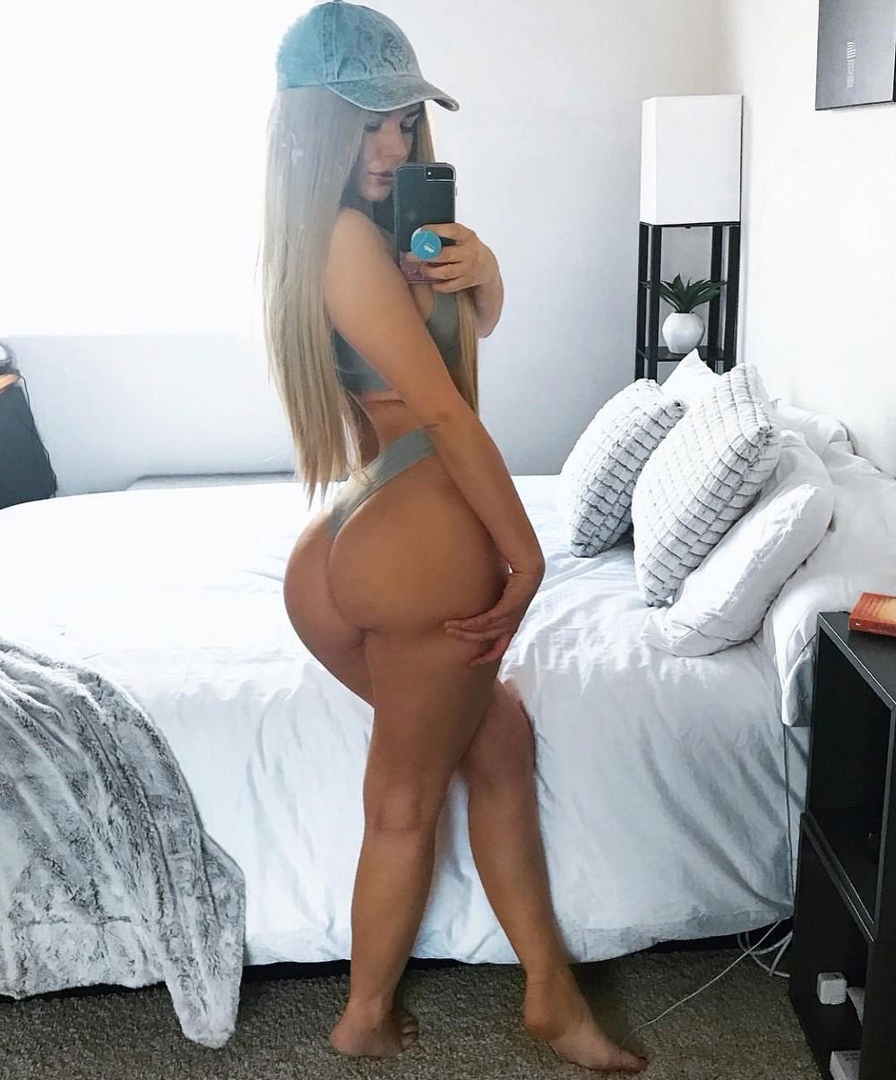 Красивые девушки в кепках