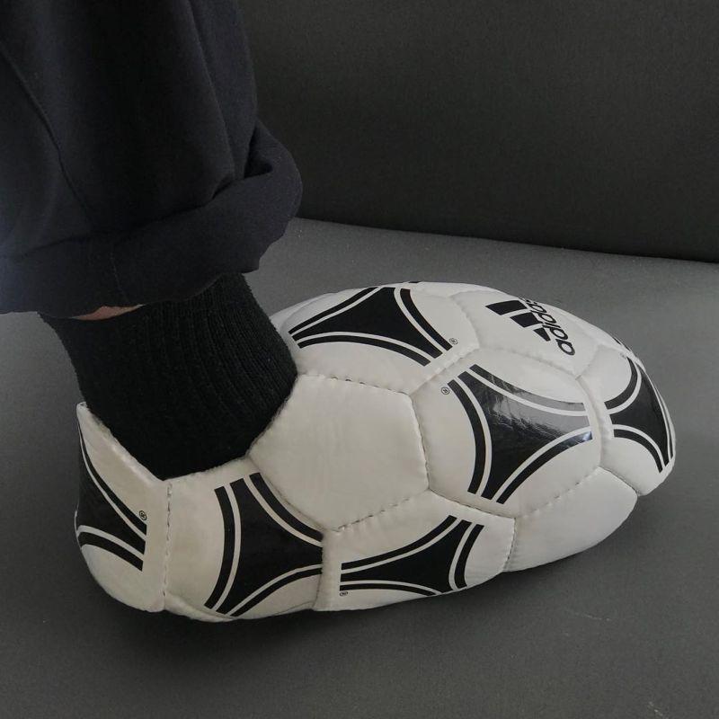Дизайнер создает обувь и одежду из чего попало