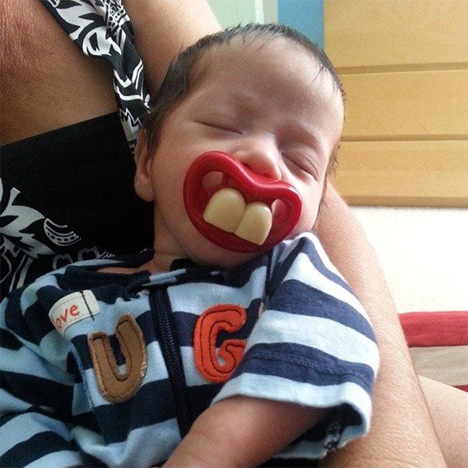 Смешные соски-пустышки для младенцев на снимках из в Instagram