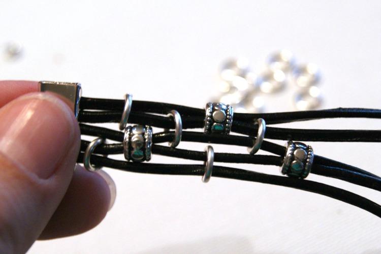 Делаем симпатичный браслетик из кожаного шнура
