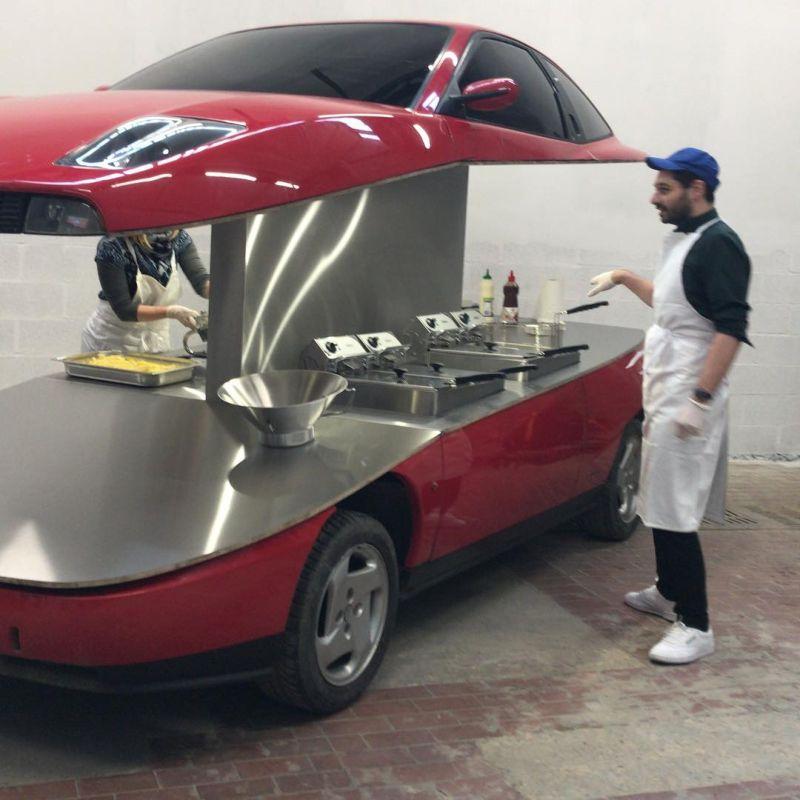 A művész vágta a Fiatot, és kioszkot csinált belőle.