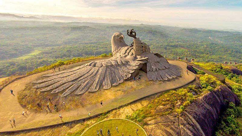 Художник 10 лет создавал скульптуру гигантского орла