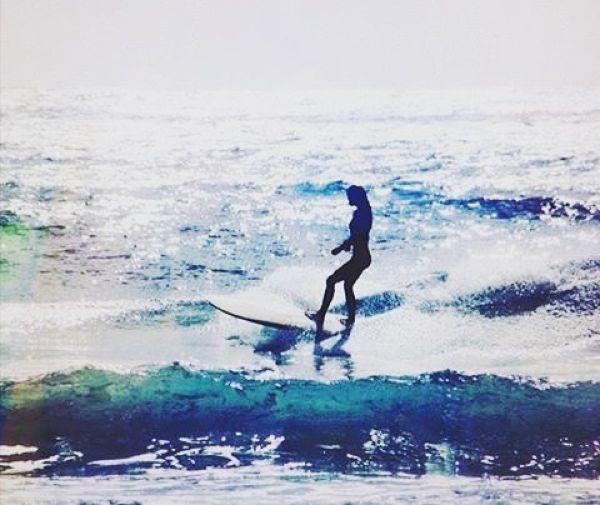 Красивые девушки-серфингистки в бикини