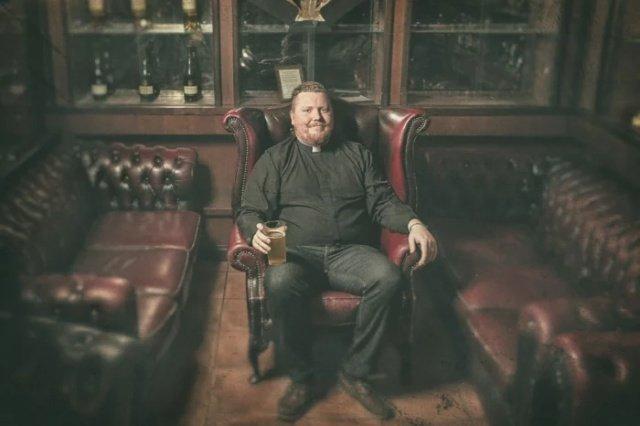 Пастор из Хельсинки проводит встречи с прихожанами в баре