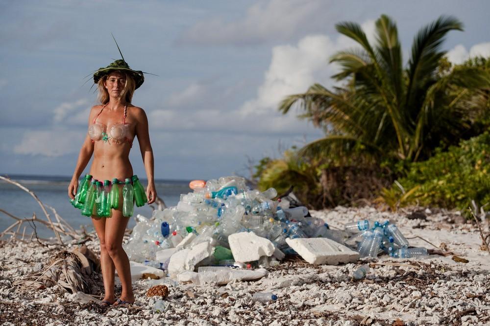 Серфингистка привлекает внимание к кучам пластиковых отходов