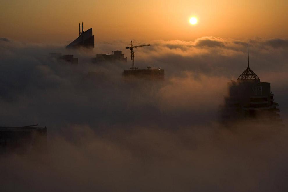 Необычное зрелище — города в облаках и тумане
