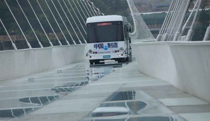По самому длинному и высокому стеклянному мосту проехал автобус