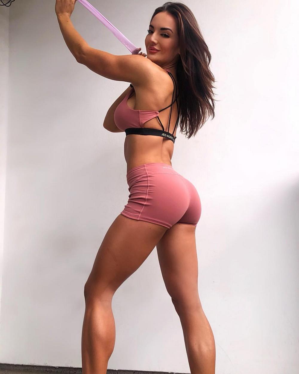 Красивые девушки в коротких спортивных шортиках