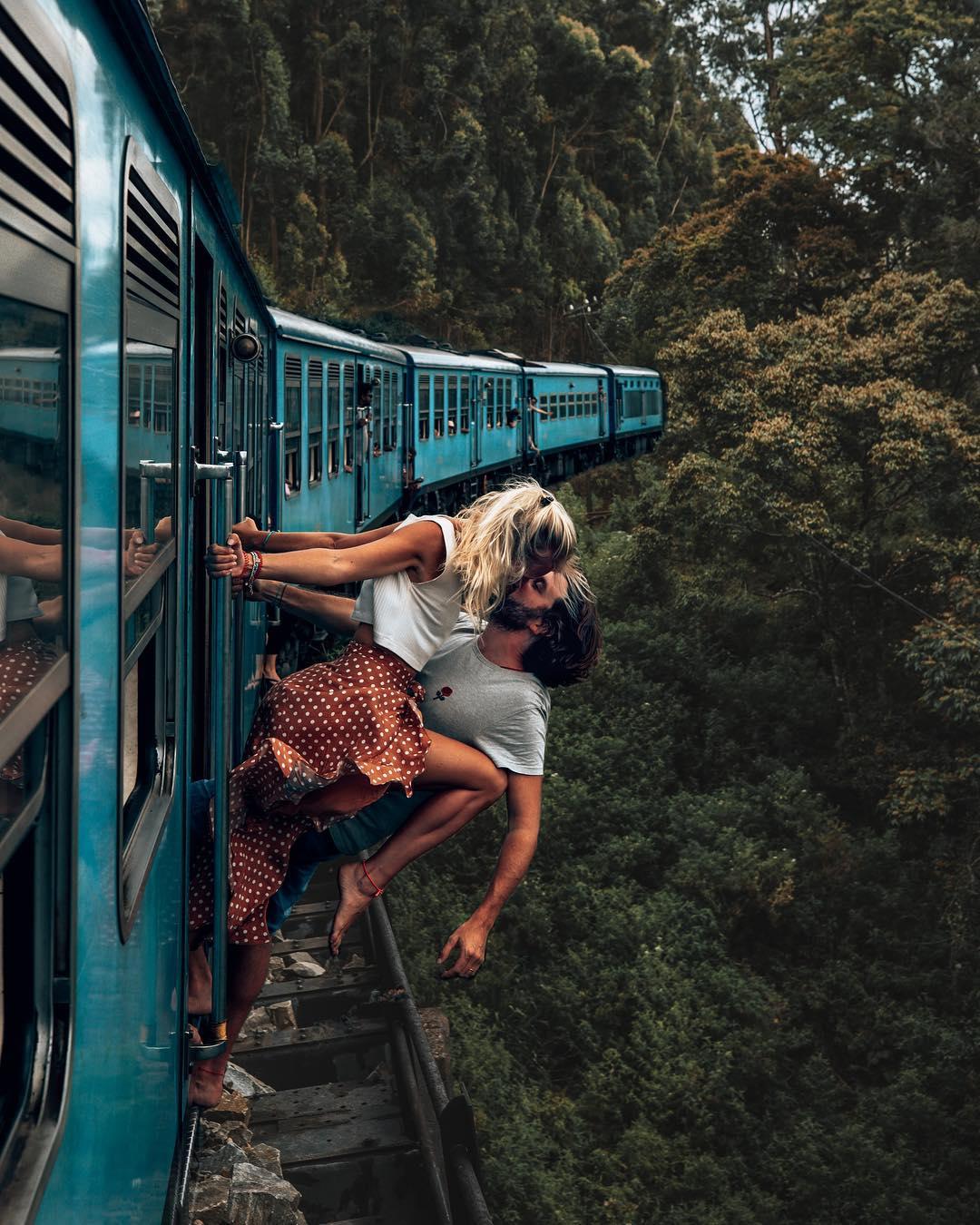 Пару тревел-блогеров раскритиковали за опасное фото на поезде
