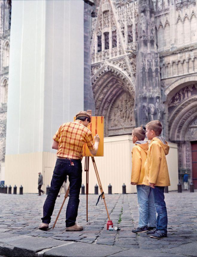 Художник путешествует по живописным местам, но рисует свою рубашку