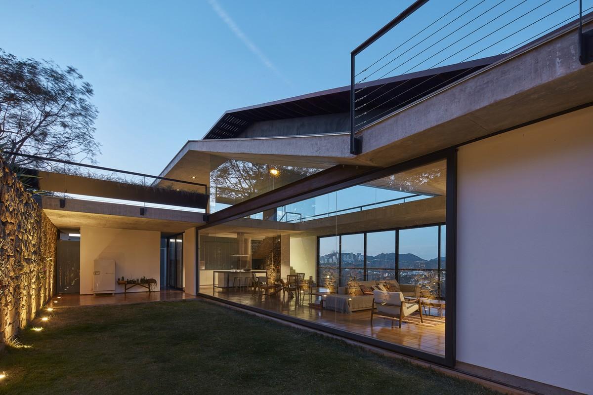 Дом с бассейном на крыше в Бразилии