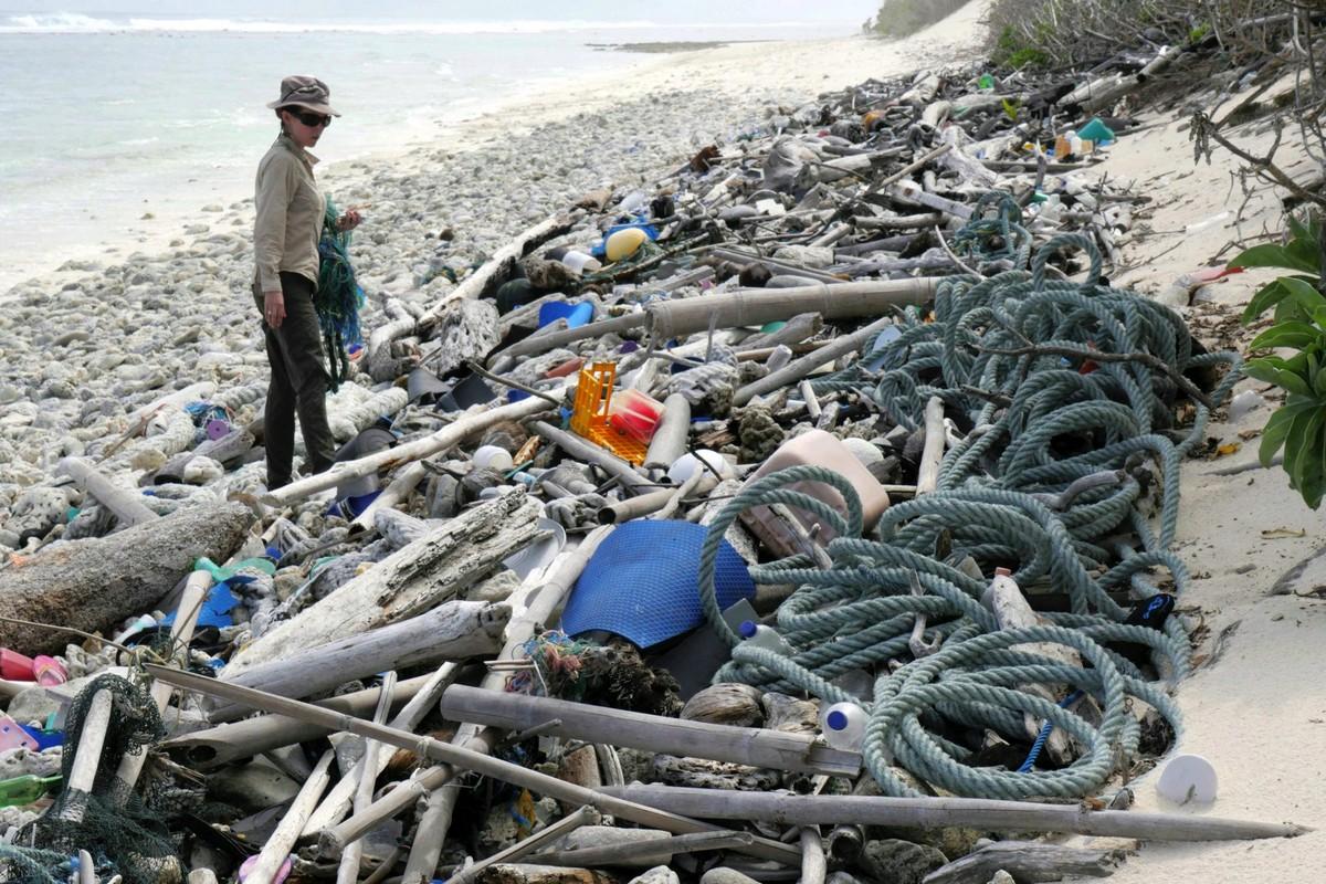 Пляжи Кокосовых Островов теперь завалены пластиковыми отходами