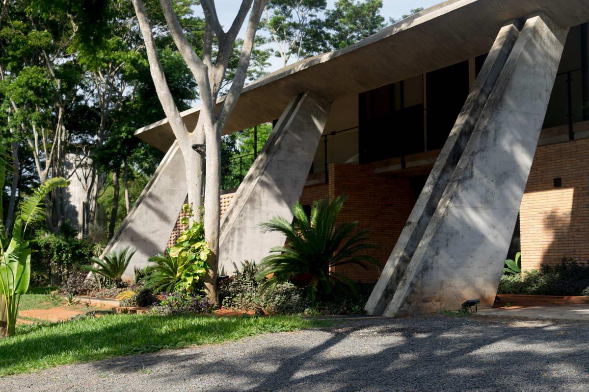 Загородный дом с изогнутой крышей в Парагвае