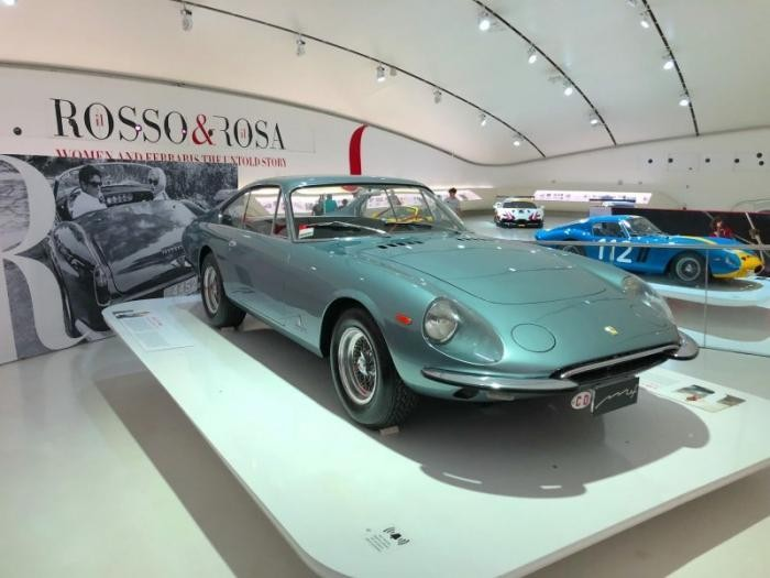 Какие автомобили Ferrari выбирали знаменитые девушки