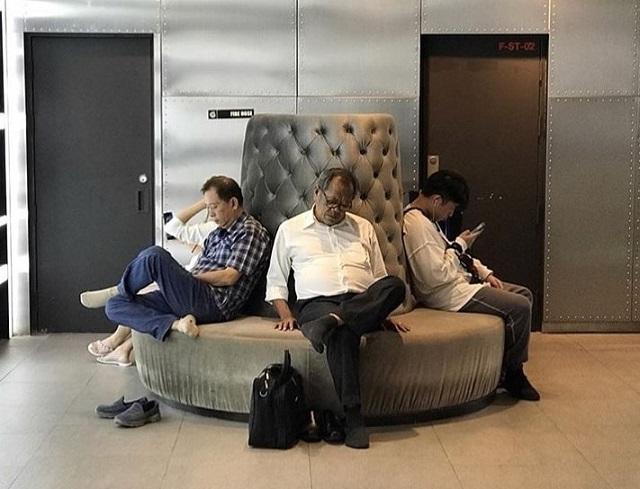 Мужчины, которые ждут своих дам в магазинах (ФОТО)