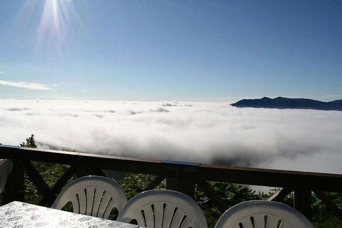Terasz a hegy tetején a felhők felett