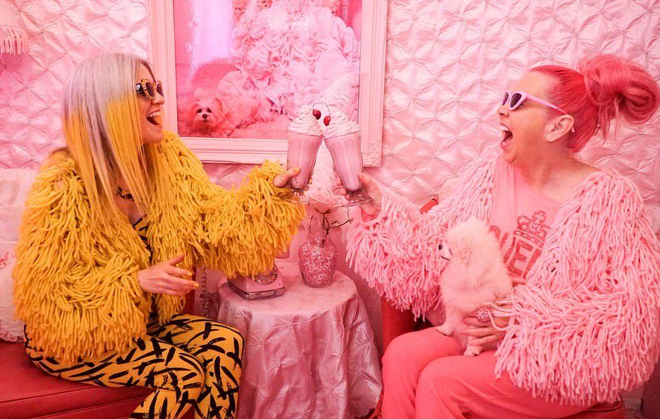 Королева розового и её подруга, которая любит желтый цвет