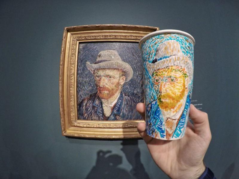 Путешественник расписывает кофейные стаканчики