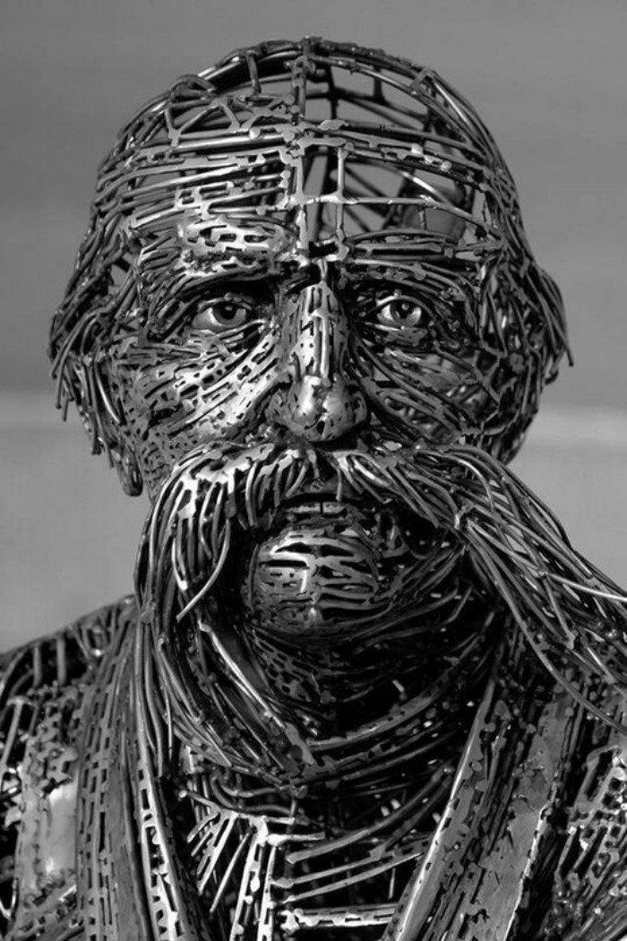 Невероятные скульптуры из гвоздей и шурупов
