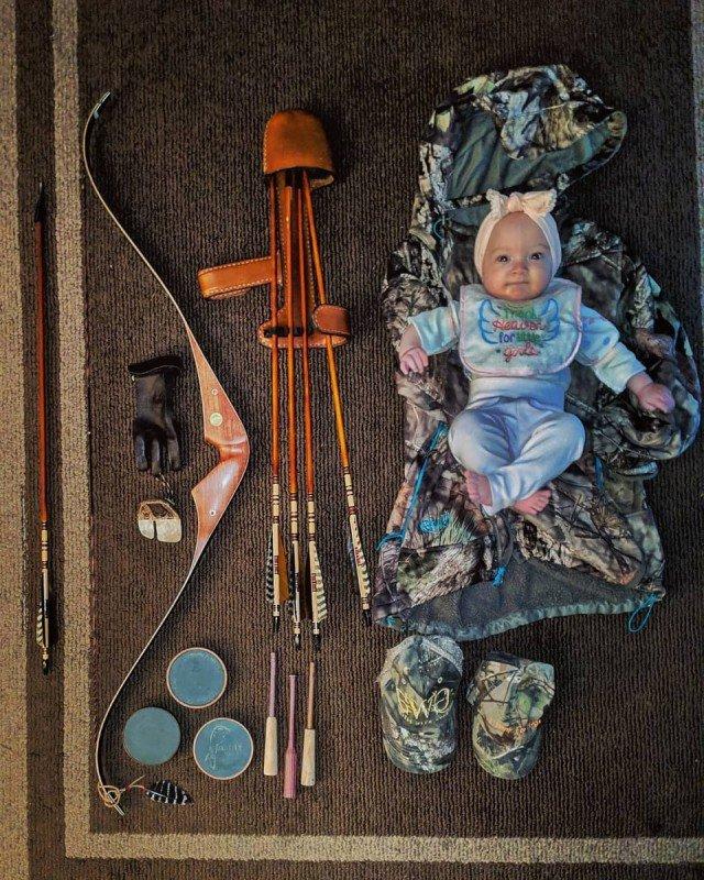 Любительница охоты с луком берет с собой маленькую дочь