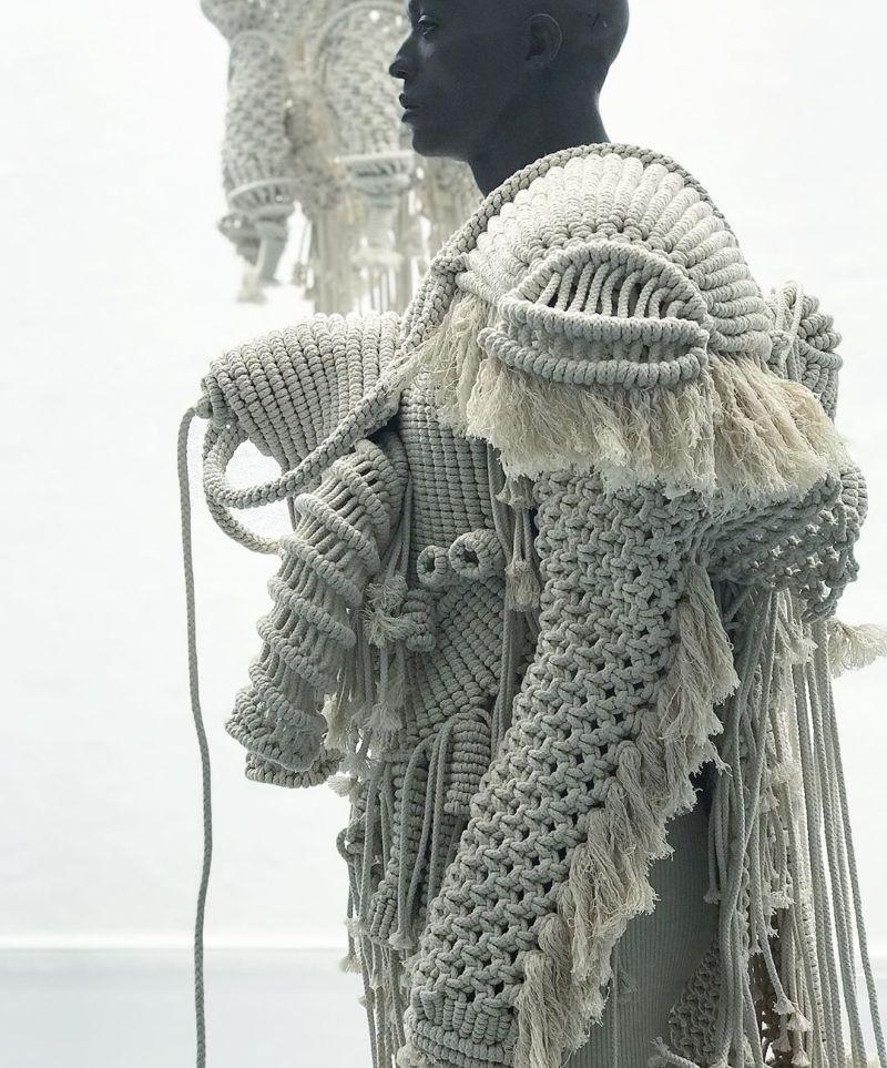 Огромные головные уборы и доспехи, выполненные в технике макраме