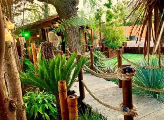 Англичанин построил на заднем дворе полноценный курорт