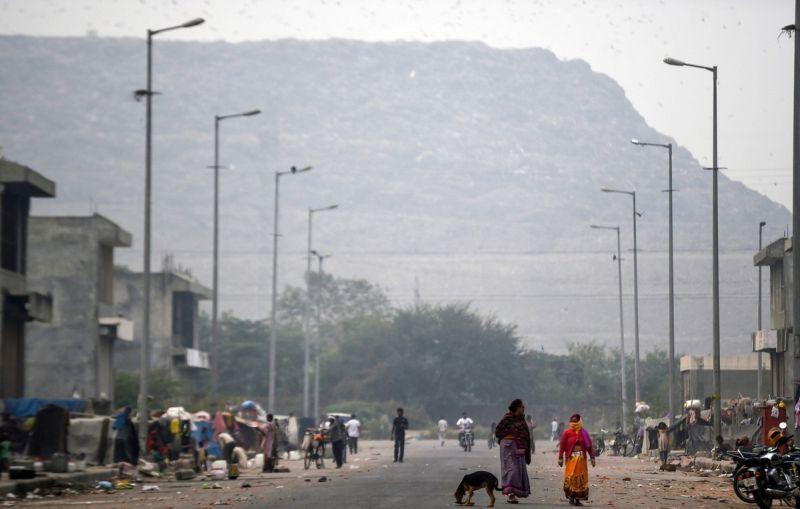 Индийская мусорная свалка настолько высока, что уже угрожает самолетам