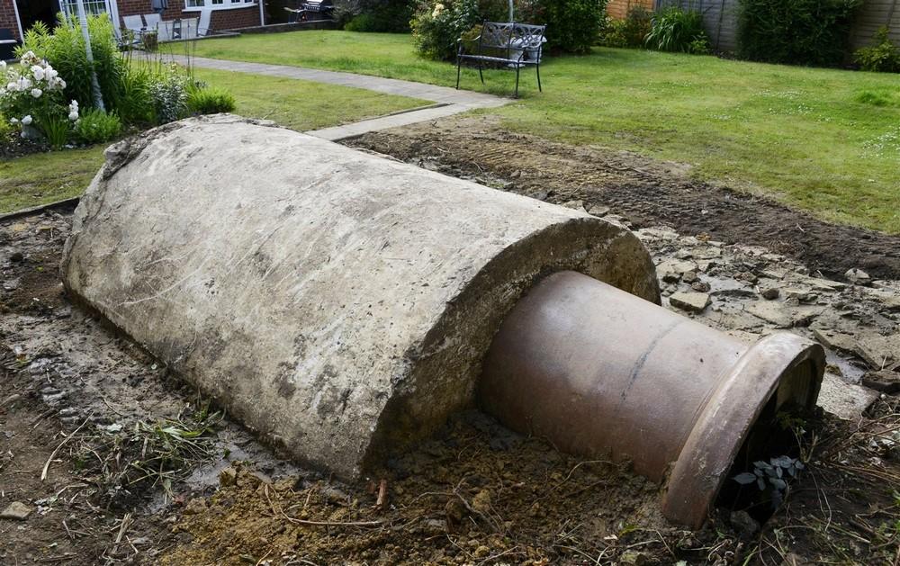 Бомбоубежище времен Второй мировой войны в саду