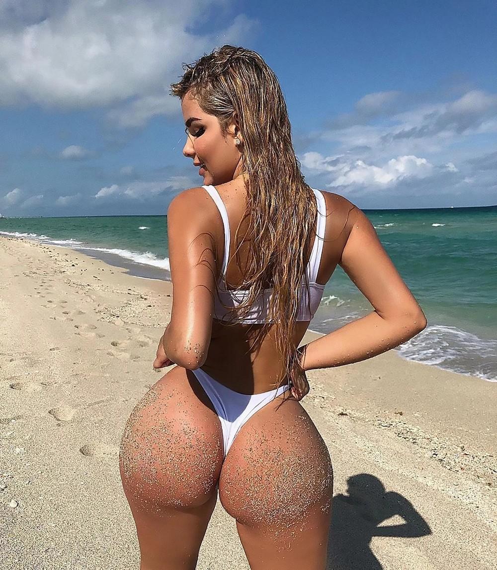 Фото девушки в бикини с большой круглой попкой, реальный секс за деньги на улице