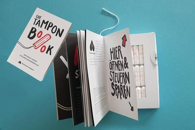 В Германии продают книгу с тампонами и это протест