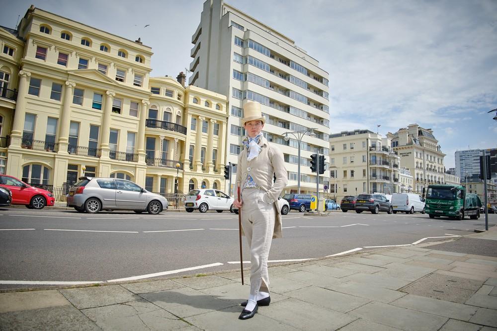 Молодой британец уже 10 лет носит одежду в стиле XIX века