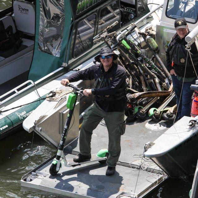 Американцы выбрасывают прокатные велосипеды и электросамокаты в реку