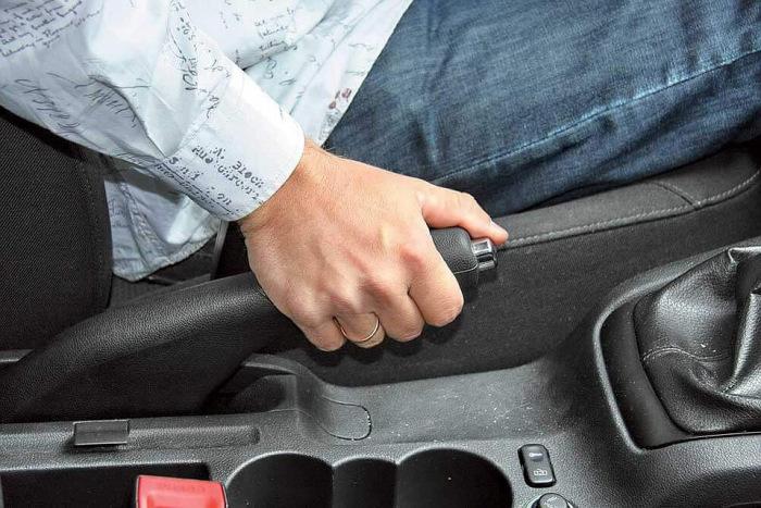 Чем чревата для автомобиля езда на ручном тормозе