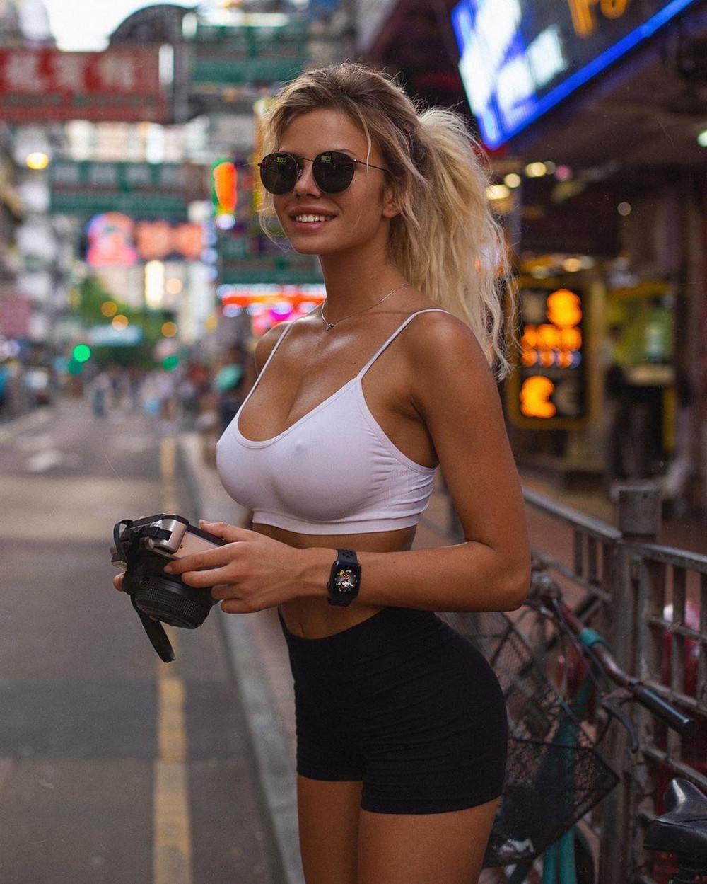 Красивые девушки без бюстгальтеров