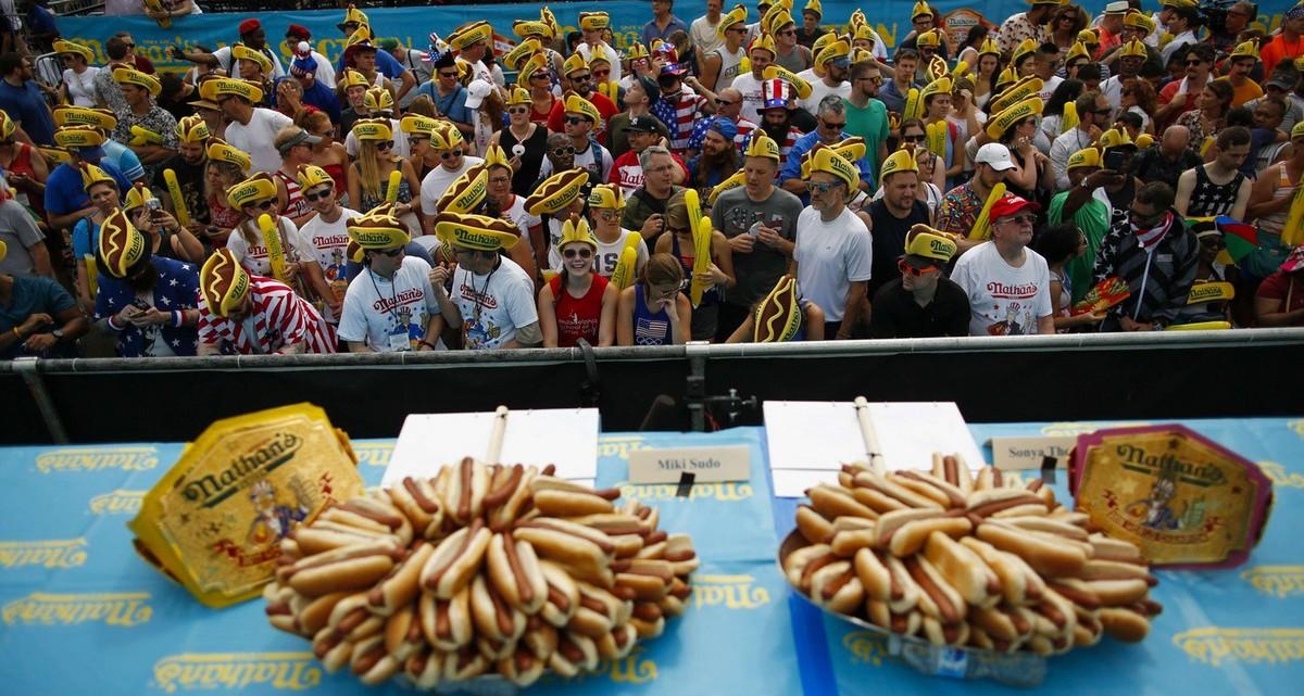 Международный чемпионат по поеданию хот-догов в Нью-Йорке