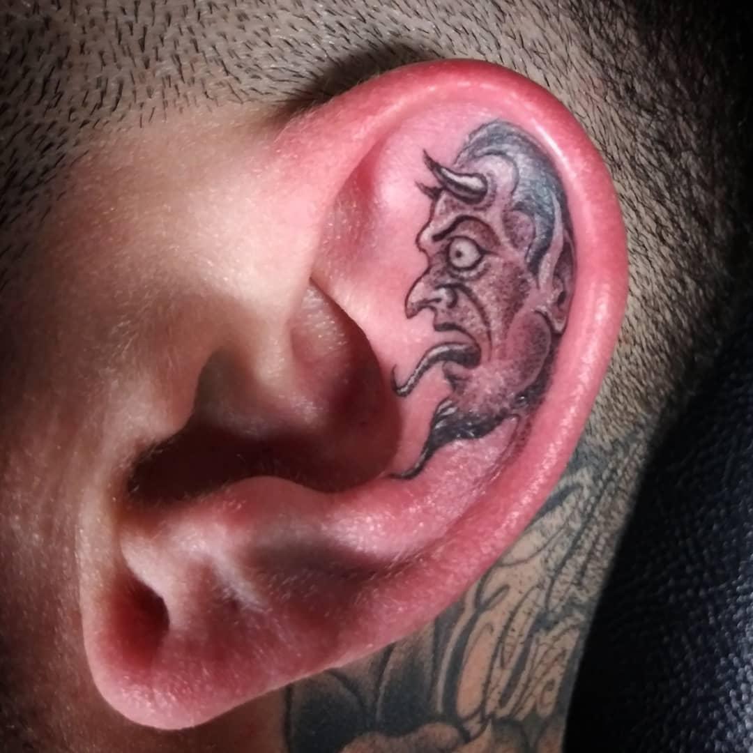 Оригинальные идеи татуировок на ушах